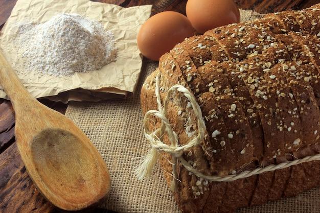 Pain bio fait main à base d'avoine, d'œufs et de graines de lin