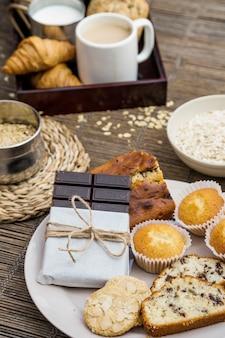 Pain, biscuits, cupcake et chocolat noir sur la plaque