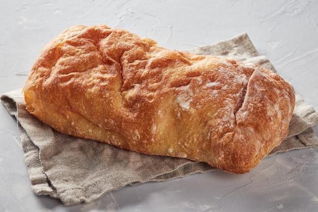 Pain blanc à base de farine de blé, fond de béton