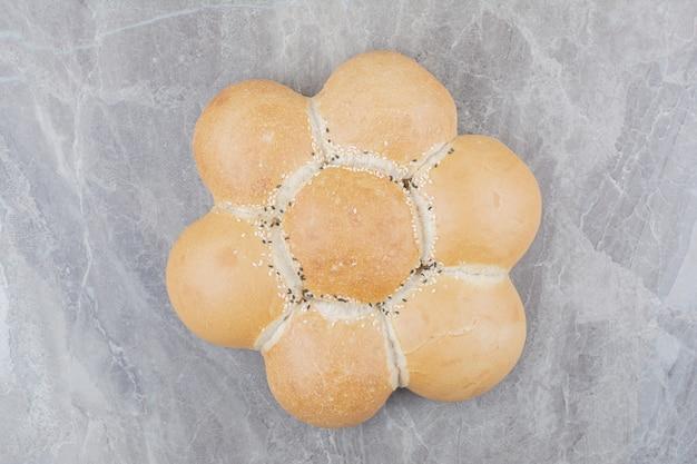 Un pain blanc rond sur une surface en marbre