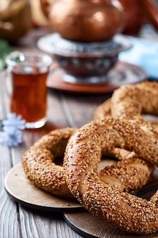 Pain blanc traditionnel aux graines de sésame pour le petit déjeuner