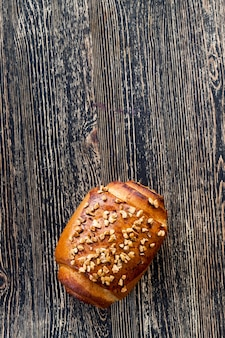 Pain de blé aux noix sur une table en bois, gâteaux faits maison dans le village