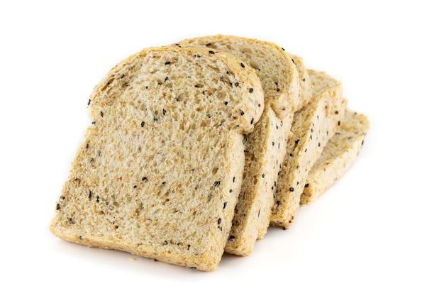 Pain de blé entier en tranches isolé sur fond blanc