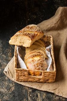 Pain de blé fraîchement sorti du four sur une serviette et un sac en lin naturel. boulangerie maison. tranche de pain