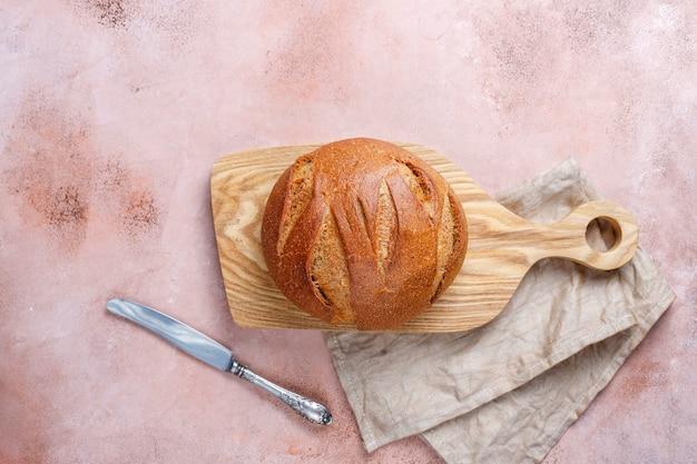 Pain de blé de seigle fraîchement cuit tranché.