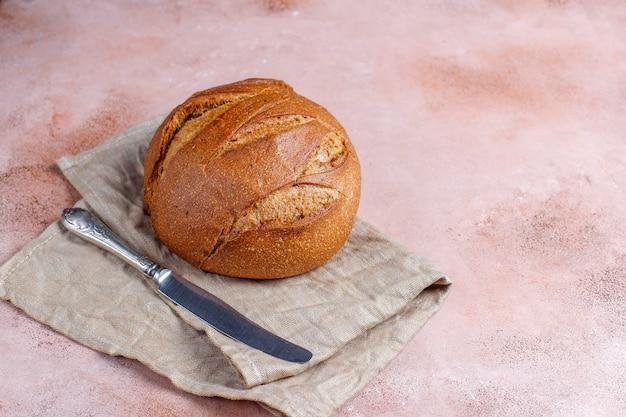 Pain de blé de seigle fraîchement cuit en tranches.