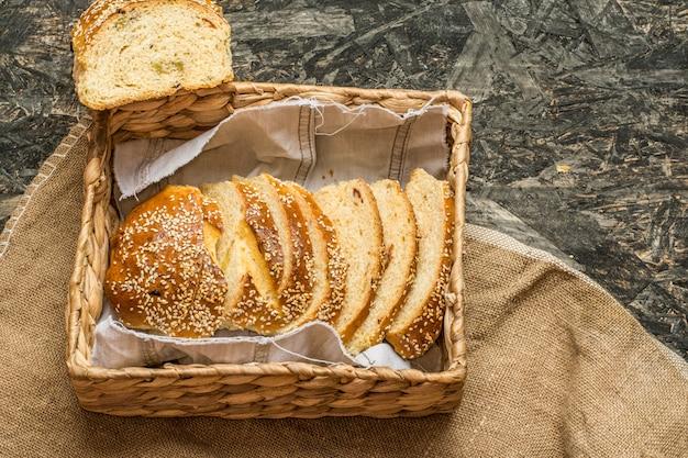 Pain de blé sur une serviette et un sac en lin naturel. boulangerie maison. nature morte de pain. tranche o