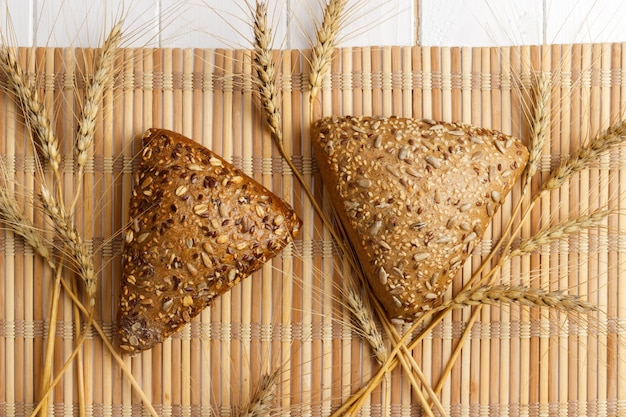 Pain et blé sur une surface en bois blanche