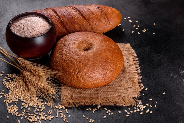 Pain brun au four frais. pain traditionnel fraîchement cuit.