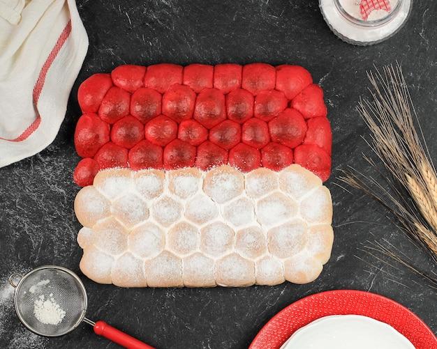 Pain à bulles chigiri rouge et blanc, pain japonais blanc viral frais, vue de dessus sur fond noir. concept pour la fête de l'indépendance de l'indonésie (17 août)