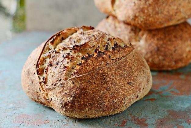 Pain de campagne fraîchement cuit fait maison à base de blé et de farine de grains entiers