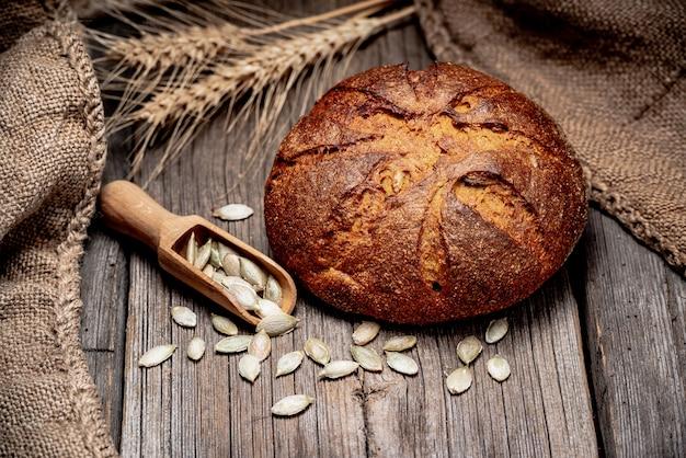 Pain à la citrouille. pain traditionnel fraîchement sorti du four sur une table en bois.