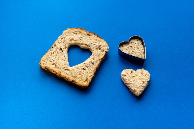 Pain avec coupe en forme de coeur et coeur de pain.