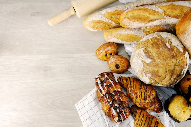 Pain, croissant, muffin chocolat boulangerie fête petit-déjeuner à la maison.