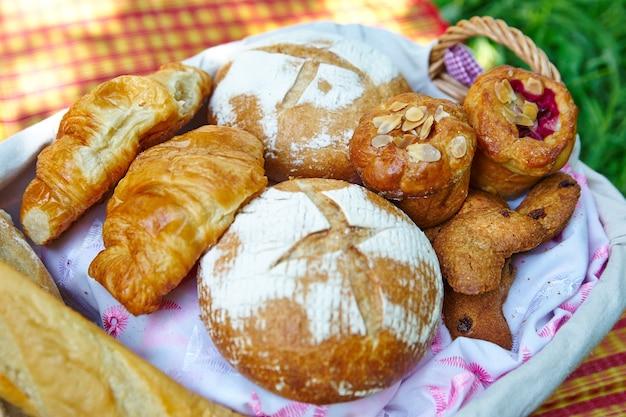 Pain et croissants dans un panier de pique-nique