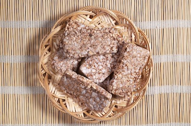 Pain croustillant au sarrasin dans une assiette en osier sur une serviette en bambou, vue de dessus. biscuits diététiques