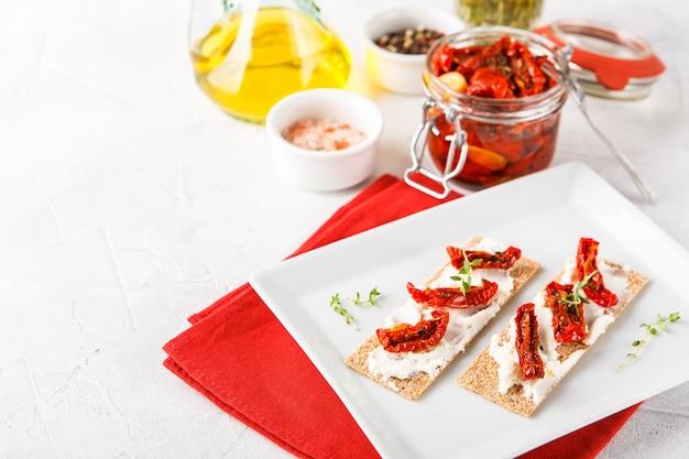 Pain croustillant aux tomates séchées