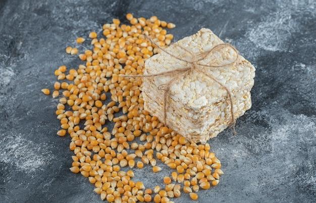 Pain croustillant en corde avec des graines de maïs soufflé non cuites.