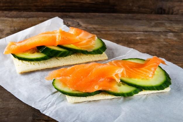 Pain croustillant sans gluten, tranches de concombre et saumon fumé