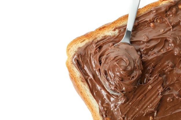 Pain et cuillère avec pâte de chocolat isolé sur fond blanc