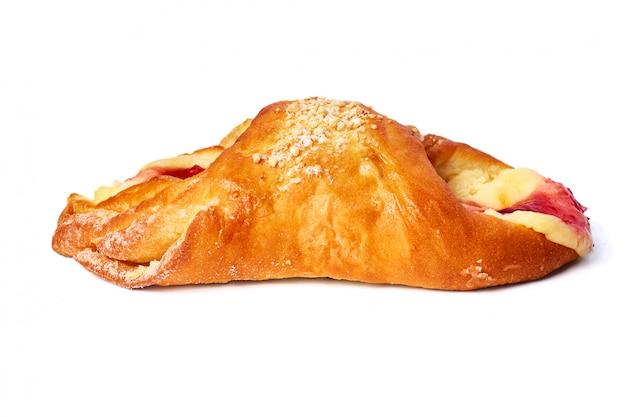 Pain cuit au four avec de la confiture isolée