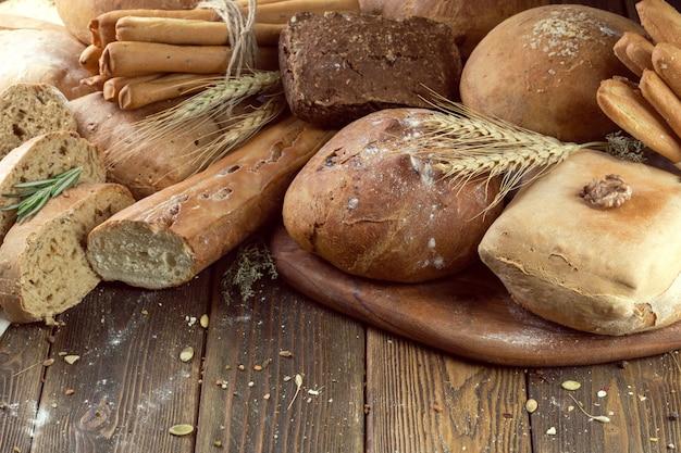 Pain cuit au four sur fond de table en bois