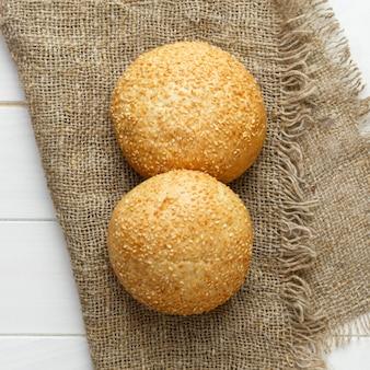 Pain cuit au four avec des graines de sésame couché sur le tissu