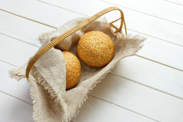 Pain cuit au four avec graines de sésame dans un panier