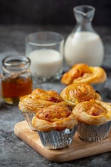 Pain danois frais avec lait et fruits, myrtille, sauce aux cerises servi avec du lait.