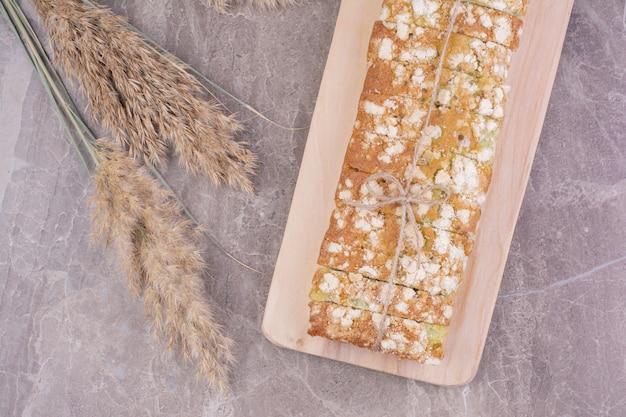 Pain dans la farine tout usage sur un plateau en bois