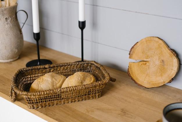 Pain dans le panier. un pain dans la cuisine, des gâteaux faits maison. délicieux produits à base de farine