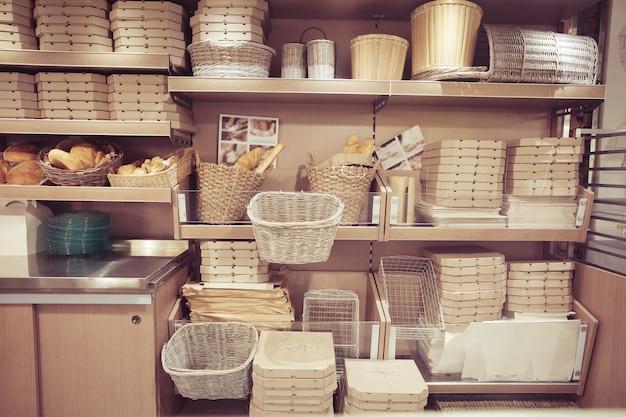Pain dans des paniers. boîtes de livraison de pizza sur des étagères. restaurant moderne design d'intérieur