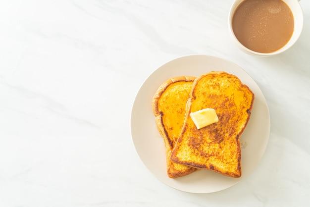 Pain doré au beurre et au miel pour le petit déjeuner
