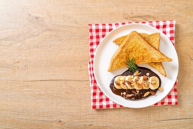 Pain doré au chocolat à la banane et aux amandes pour le petit déjeuner