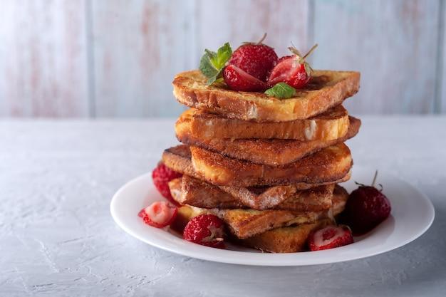 Pain doré aux fraises à la cannelle et à la menthe pour le café ou le thé le petit-déjeuner