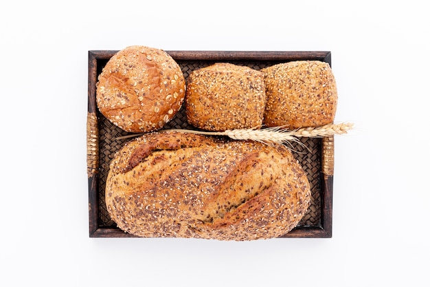 Pain entier et petits pains sur un panier