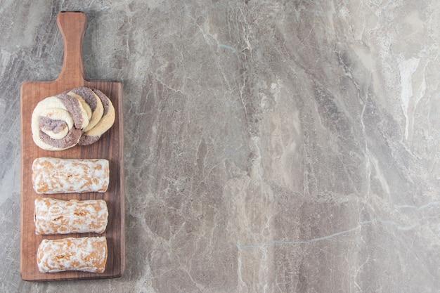 Pain d'épice et biscuits faits maison sur une planche en marbre.