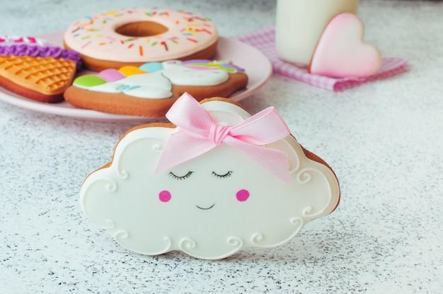 Pain d'épice de cookie nuage sommeil drôle sur fond blanc