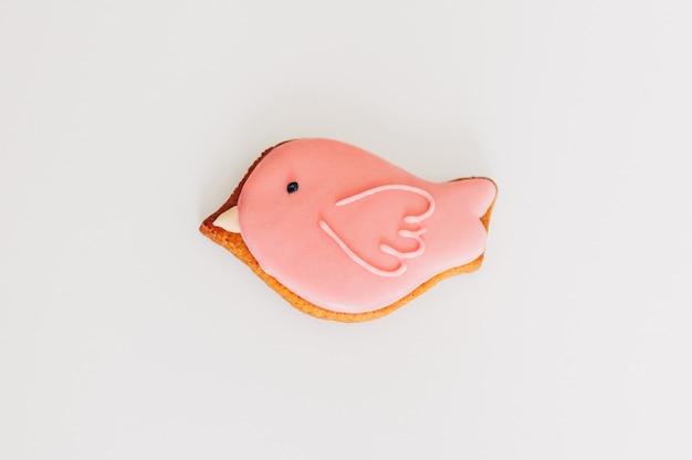 Pain d'épice délicieux sous la forme d'un oiseau rose.