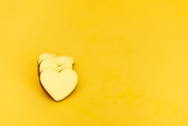 Pain d'épice en forme de coeurs sur fond jaune