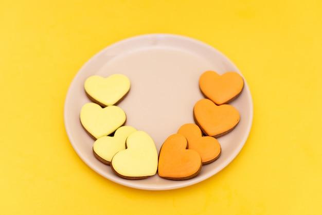 Pain d'épice en forme de coeurs sur jaune