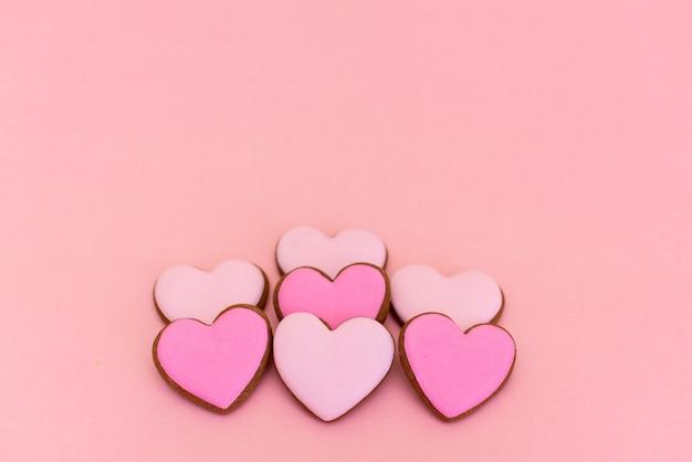 Pain d'épice en forme de coeurs sur rose