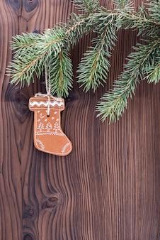 Pain d'épice maison et décoré sur fond en bois.