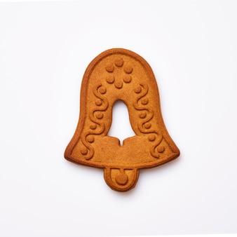 Pain d'épice de nouvel an ou biscuits en forme de cloche de noël isolés sur fond blanc. image carrée. vue de dessus.