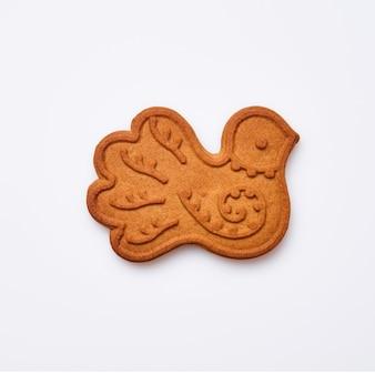 Pain d'épice de nouvel an ou biscuits en forme de colombe d'oiseau isolés sur fond blanc. image carrée. vue de dessus.