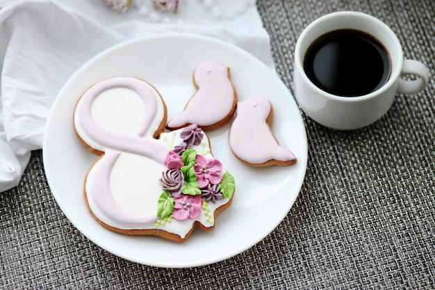 Pain D'épices Sucré Pour La Journée Internationale De La Femme, Fleurs Photo Premium