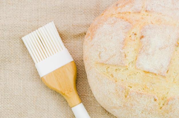 Pain fait à la main avec des ingrédients et ustensiles de cuisine