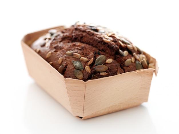 Pain fait maison avec des grains dans une boîte