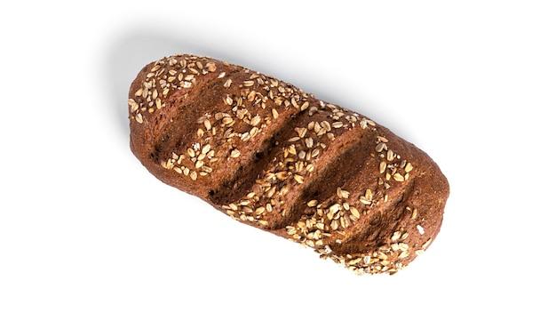 Pain de farine de seigle aux céréales isolé