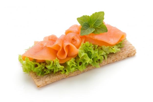 Pain avec filet de saumon frais isolé sur fond blanc